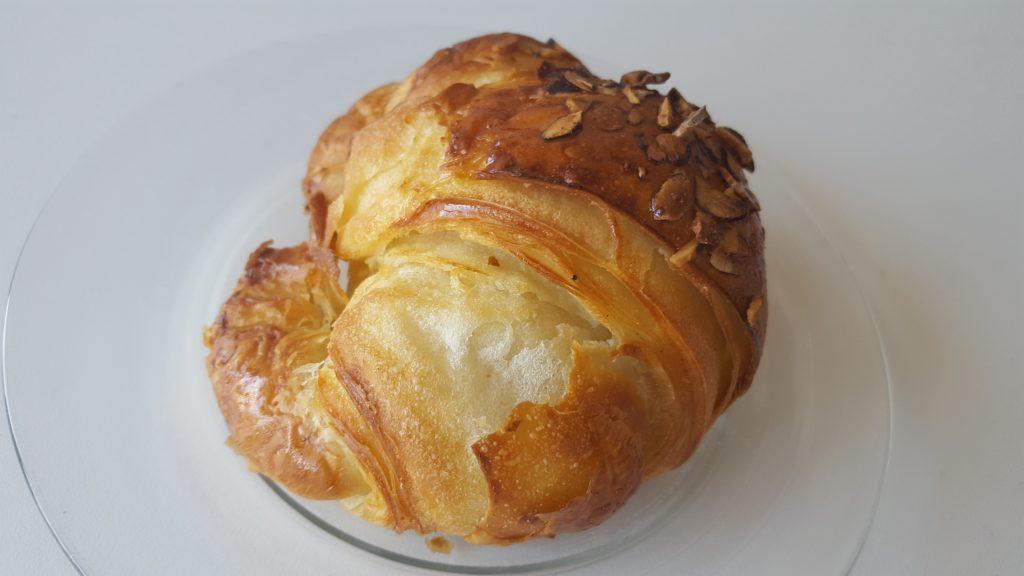 Lækker og sprød croissant med marcipan fra side; Det bedste chokolade croissant i Aarhus indlæg