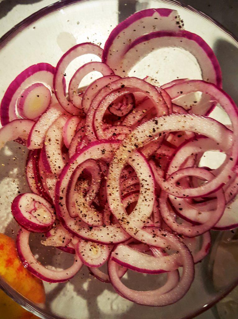 Rødløg klar til syltning; Smørstegte andelever med syltet rødløg, æble og granatæble opskrift