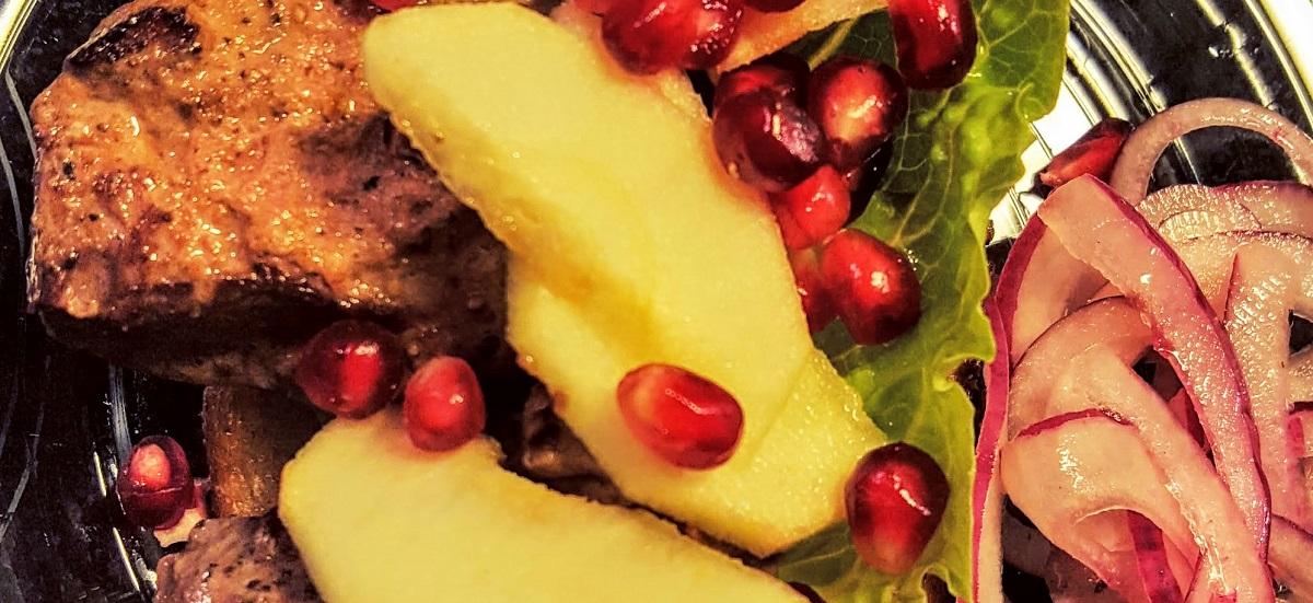 Smørstegte andelever med syltet rødløg, æble og granatæble opskrift
