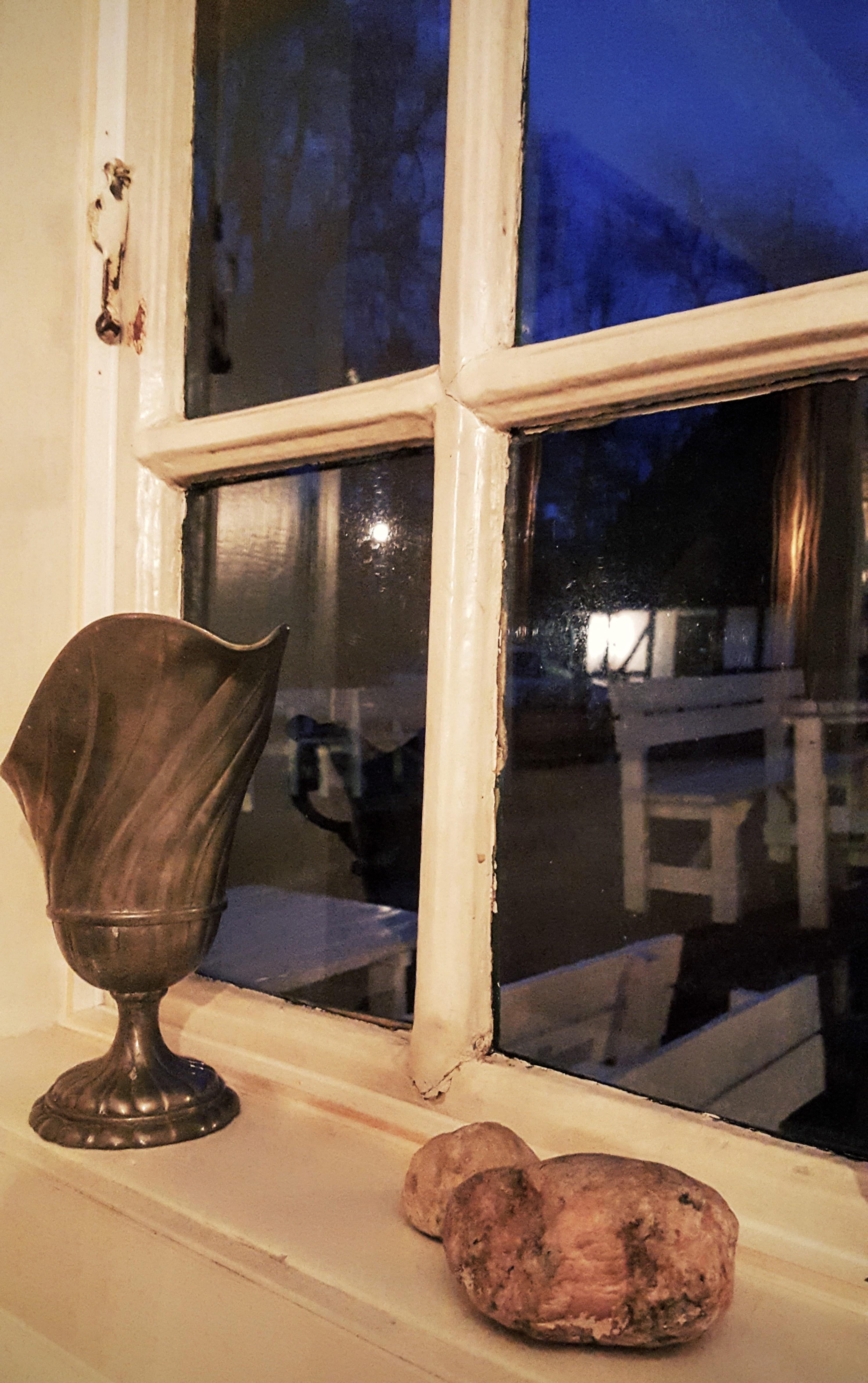 Rustikke genstand i vindueskarmen