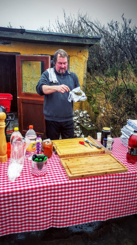 Jesper Voss demonstrere hvordan man åbner en østers; Fanø østers indlæg