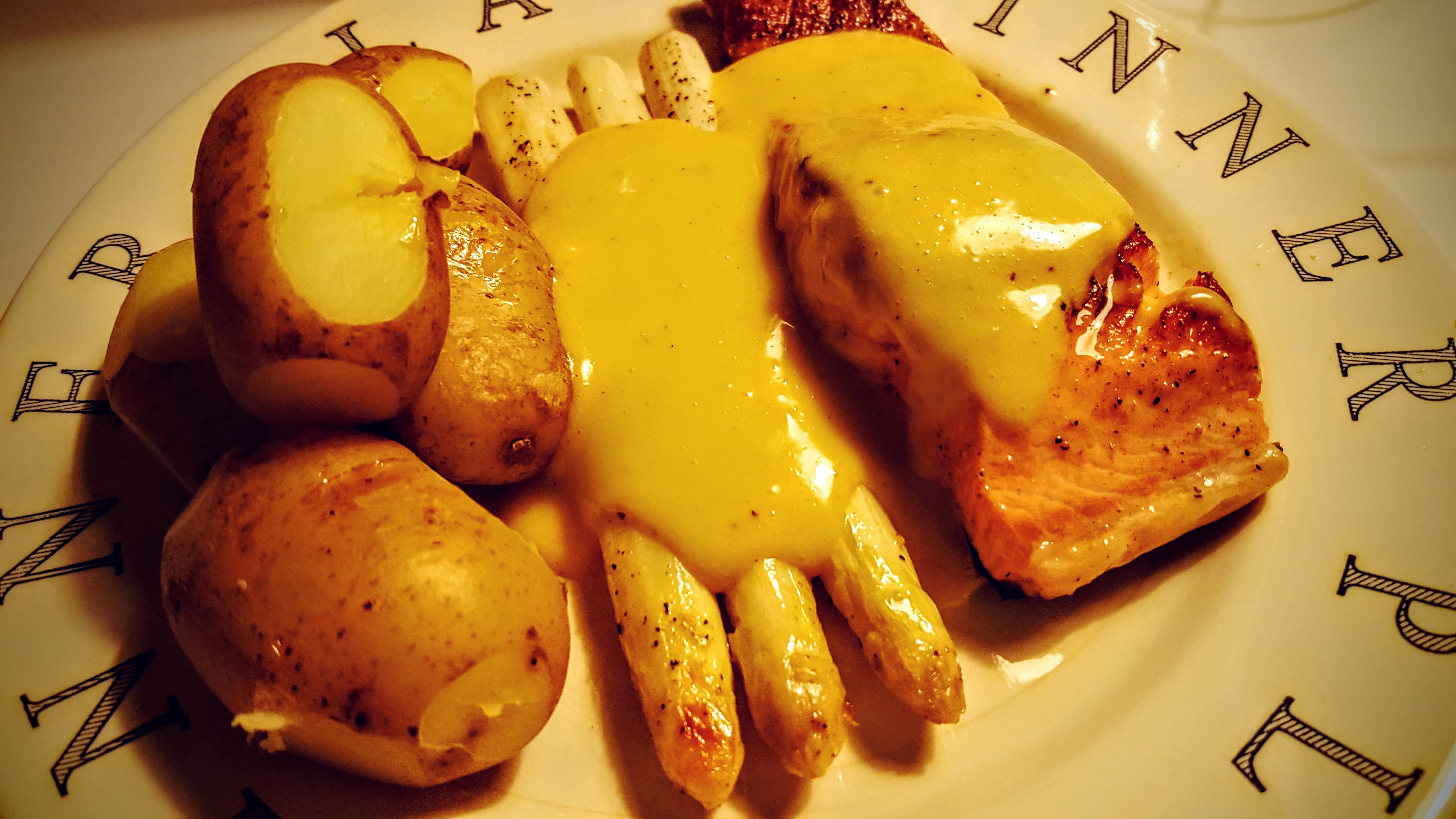 Laks, hvid asparges og kartofler med hollandaise sauce