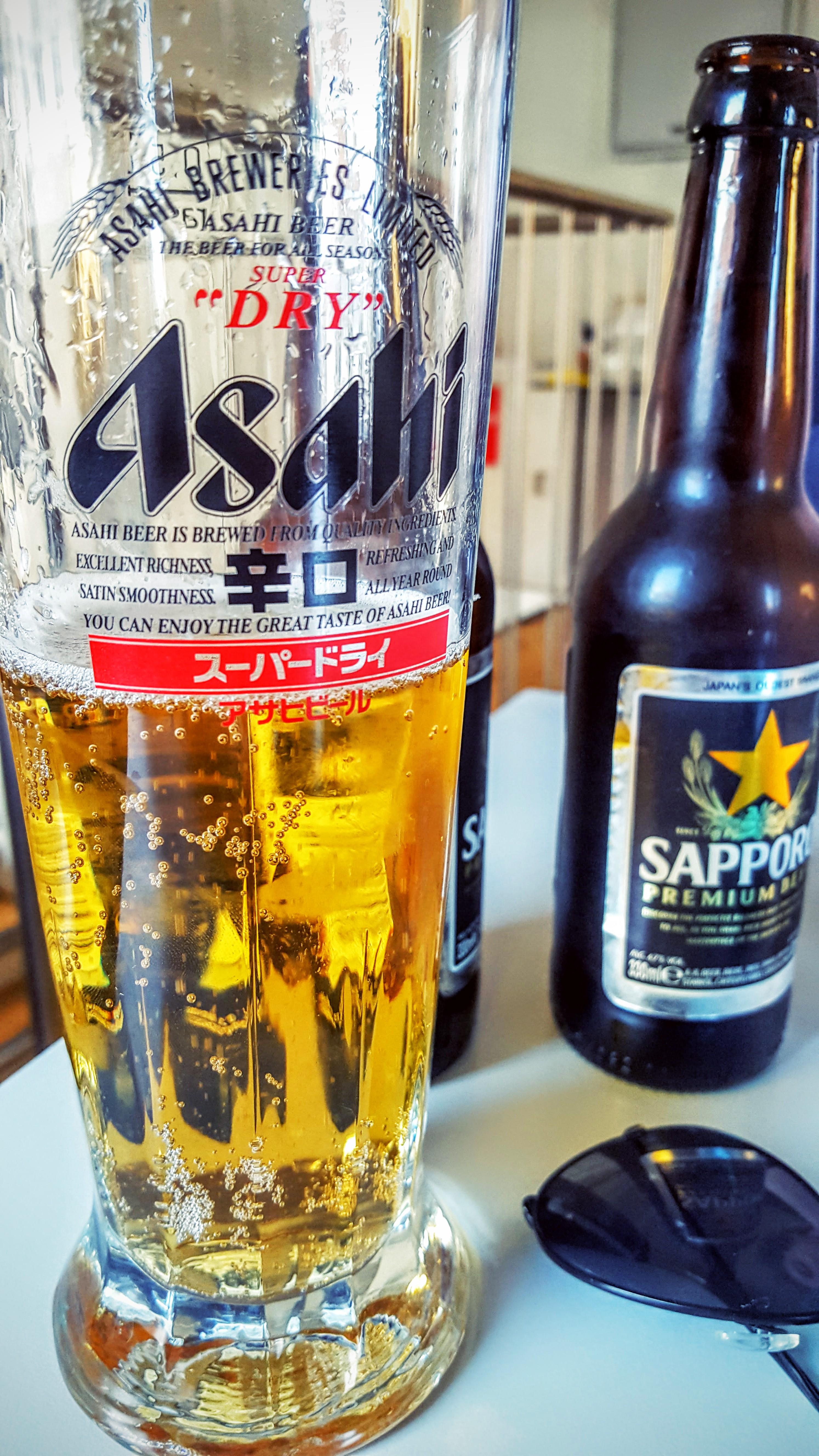 Sapporo øl i Asahi glas