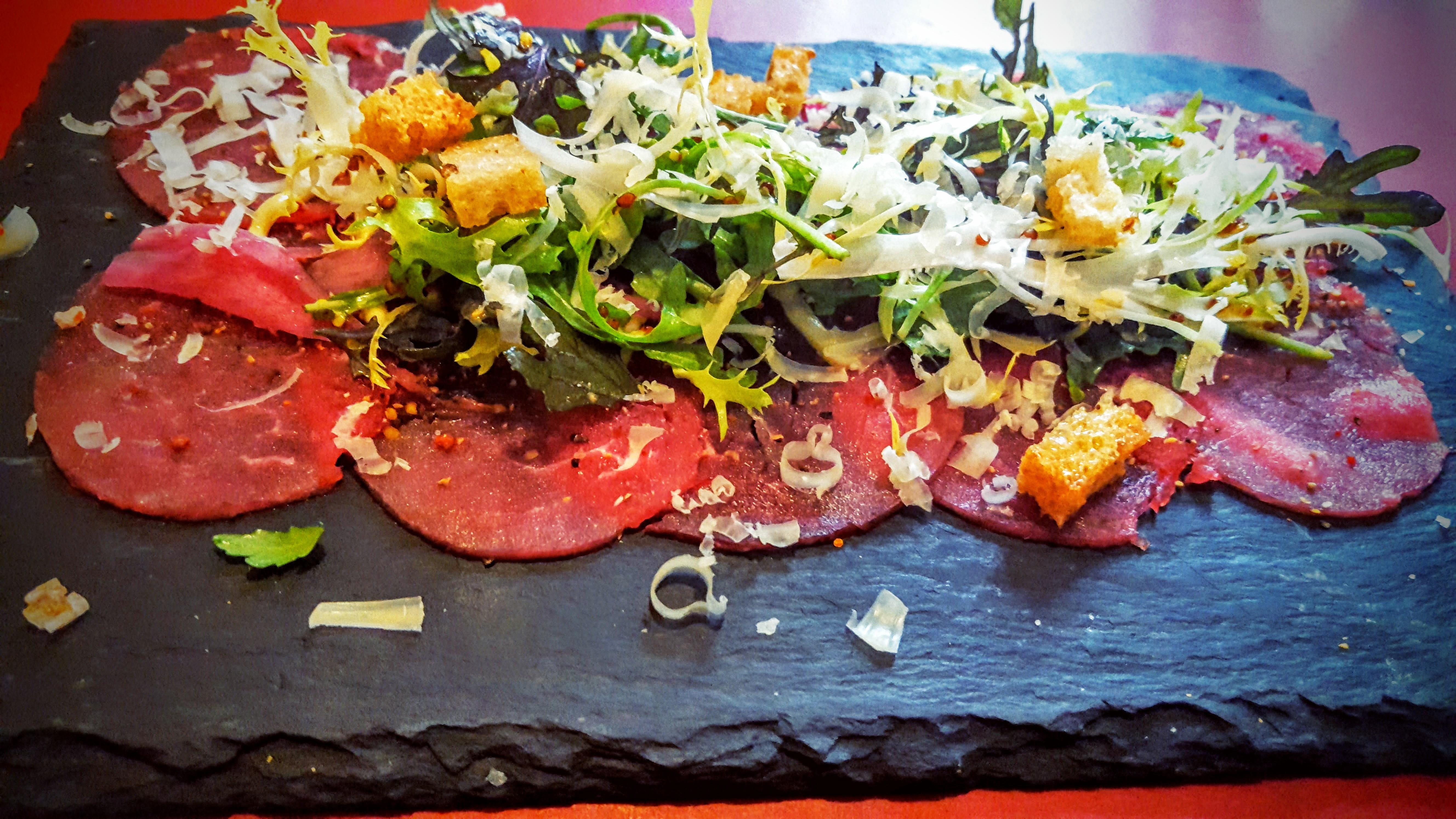 Köd Århus carpaccio af dansk mørbrad med Vesterhavs ost, rucola, syltet løg og knust peber & sprødt