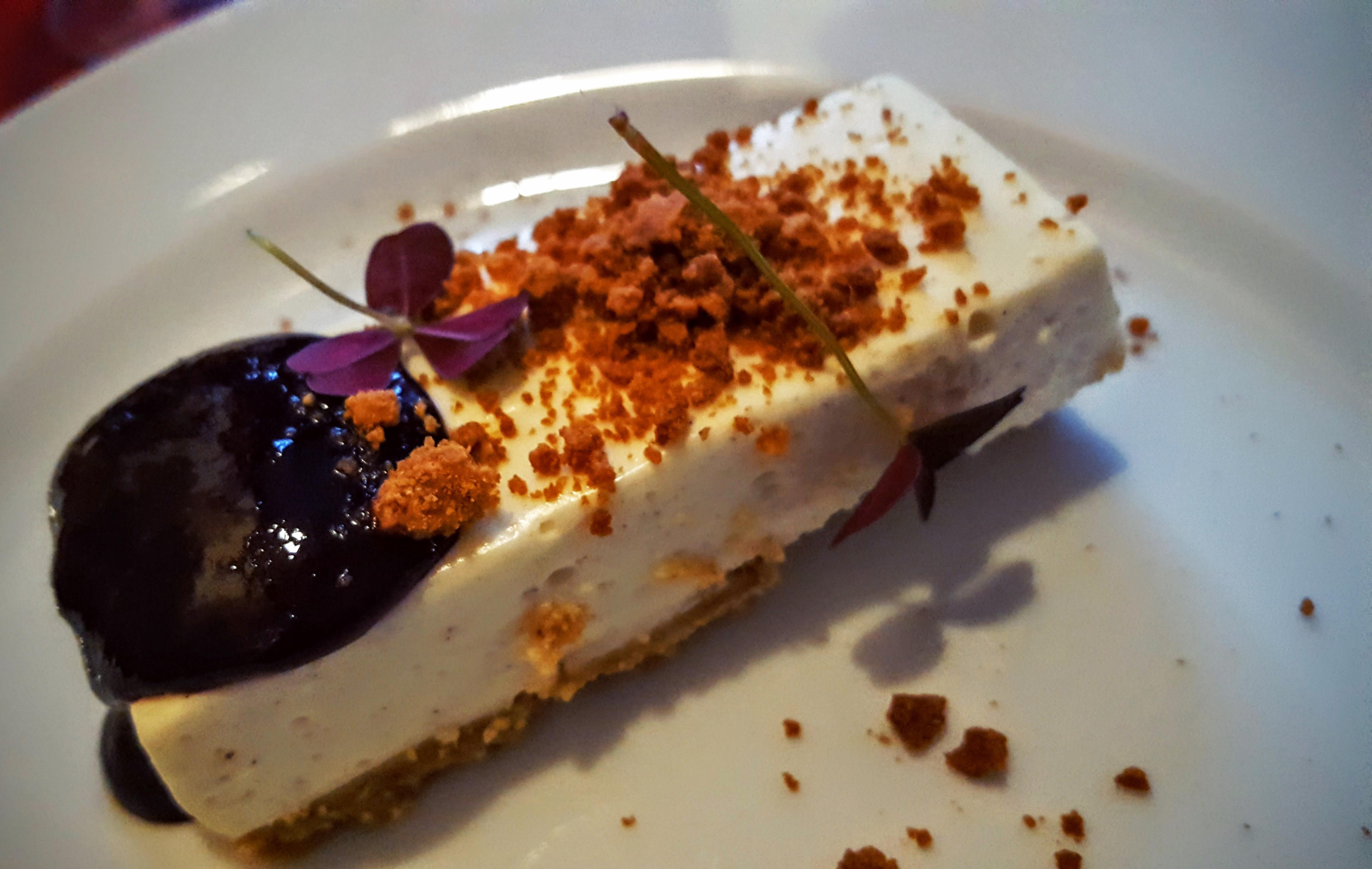 Cheesecake med brombærcoulis og knas