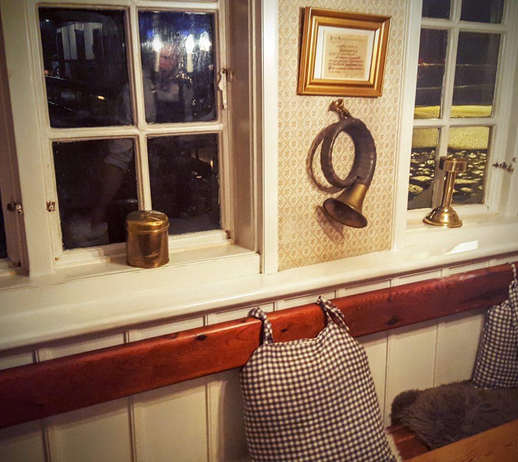 Træbænk med puder og rustikke genstande i vindueskarmen Restaurant Skovmøllen; Smag På Byen Aarhus 2016 ved Restaurant Skovmøllen indlæg